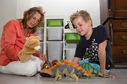 kind en therapeut spelen met poppen